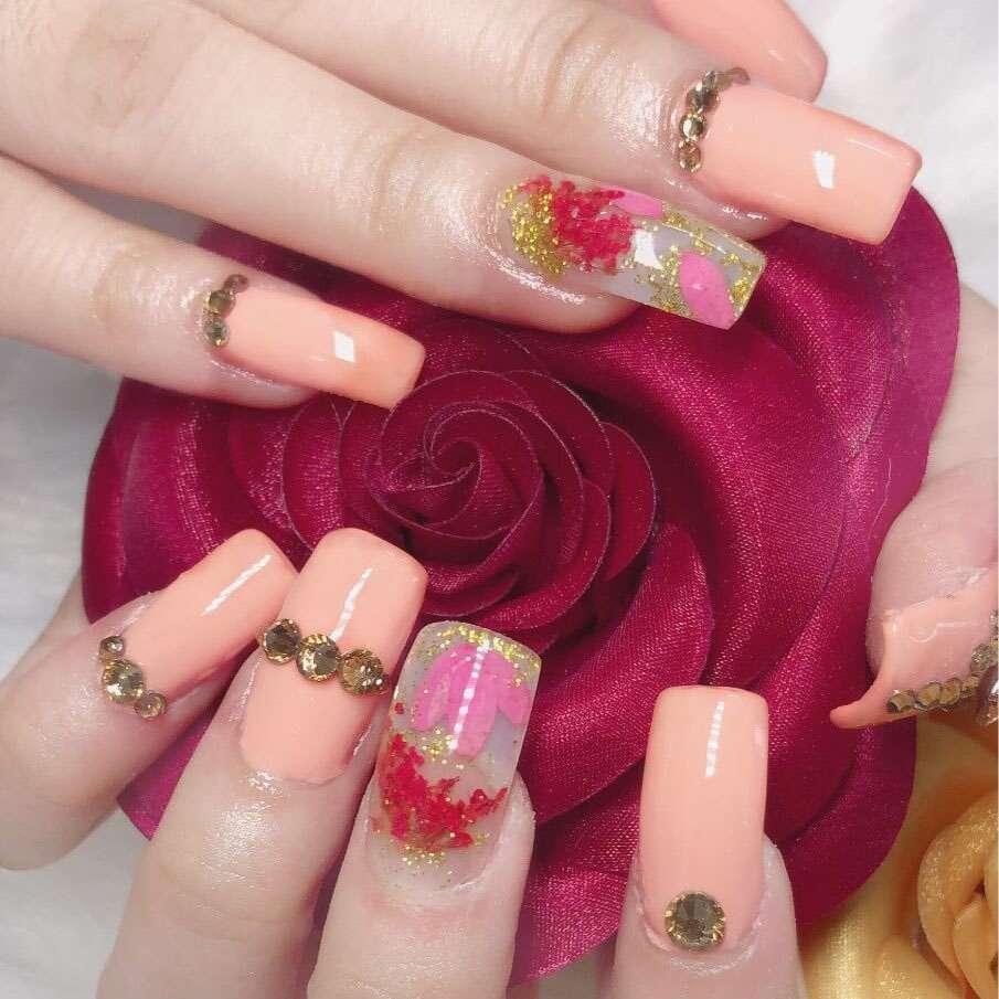 Màu nude, nâu hoặc hồng nếu bạn thích phong cách nhẹ nhàng, thanh lịch