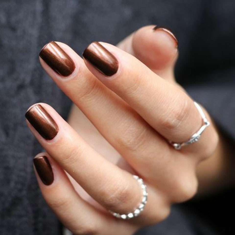 màu nail phù hợp nhất dành cho Sư Tử là màu đồng